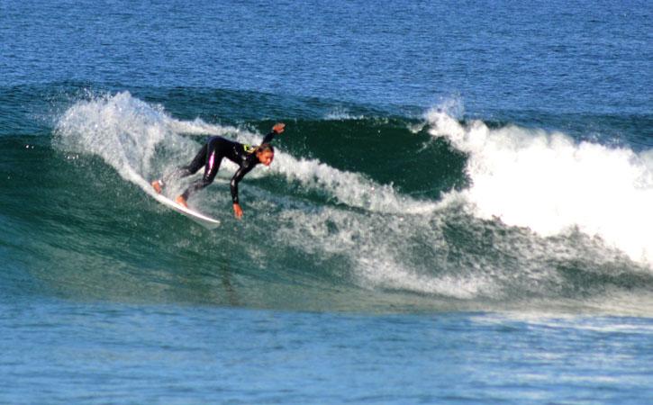 Surfista na praia da Foz do Arelho, Gocaldas, o Teu Guia Turístico Local