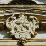 Ermida do Espírito Santo, brasão na fachada frontal, Gocaldas, o teu Guia Turístico Local