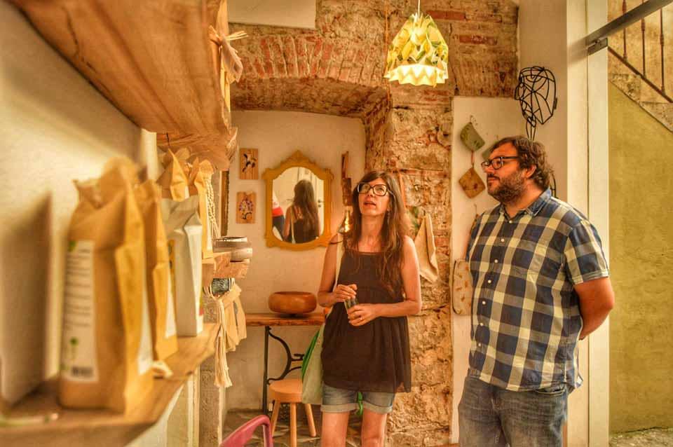 Zélia Évora em Caldas da Rainha com a GoCaldas Loja do Sr. Jacinto na sala de fundo