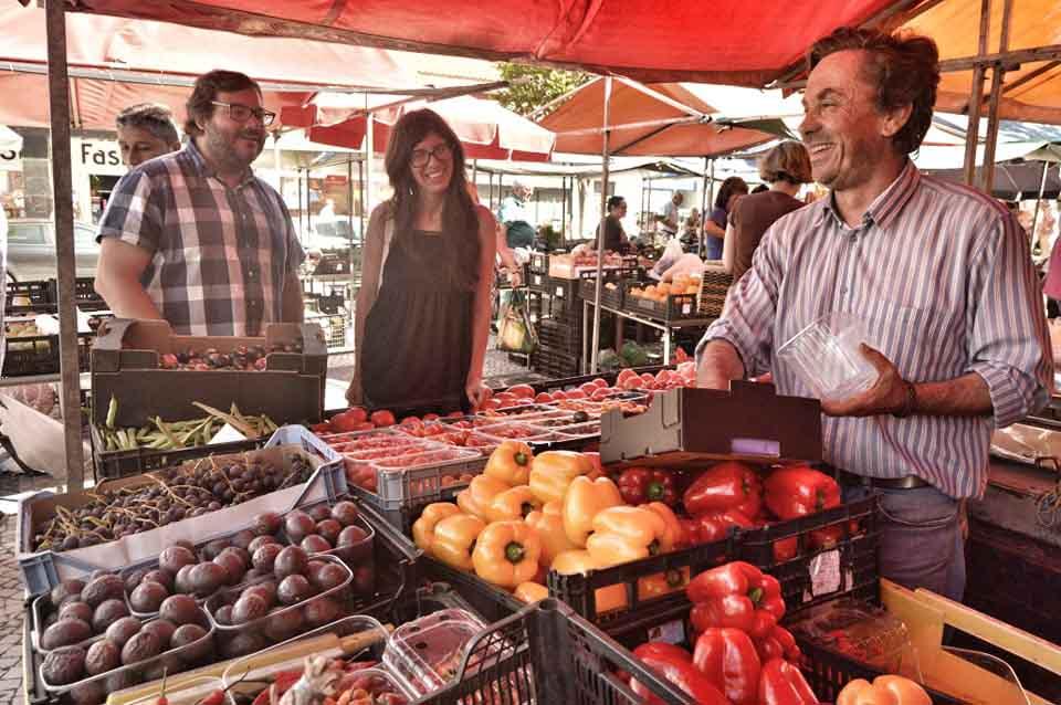 Zélia Évora em Caldas da Rainha com a GoCaldas na Praça da Fruta junto a vendedor de tomates